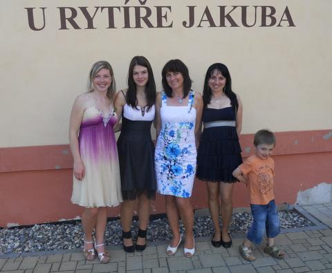Dívky a dámy rodiny Kohoutovvy v šatech z Dianthé.jpg 02ad14f111